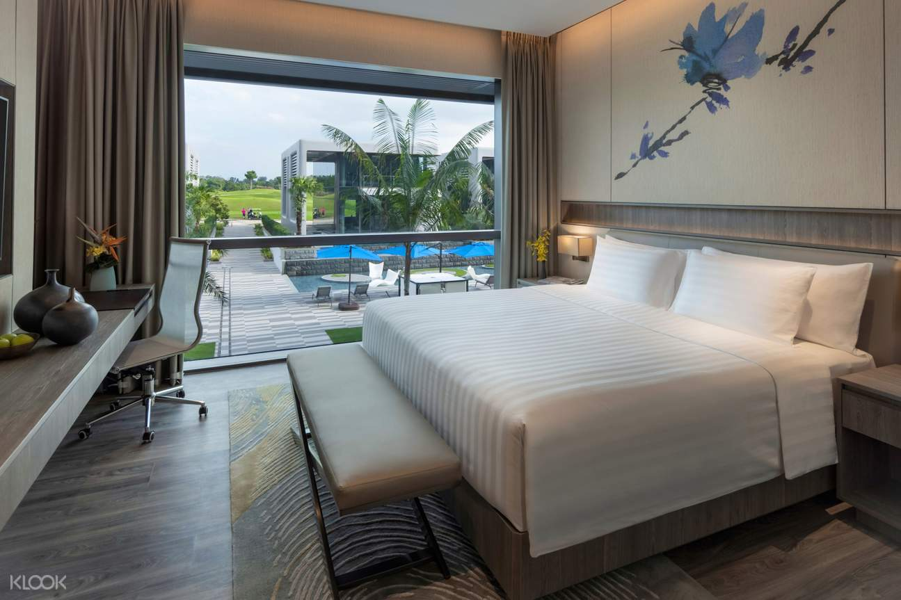 Deluxe Laguna Pool View King Bed